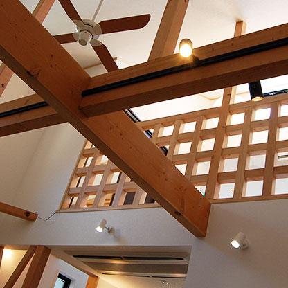 デザイン住宅のアクセントとなる無垢の木をふんだんに使用した室内画像