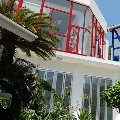 デザイン住宅の表情を鮮明にするガラスを一面に使った建物画像