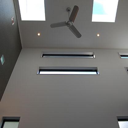 デザイン住宅のアクセントとなるトップライトの役割を果たすガラス